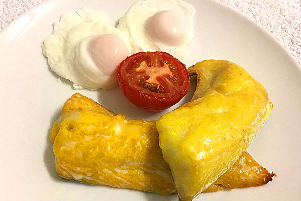 smoked haddock with poached eggs and tomato breakfast